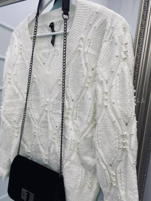 sweter w serek z perłami kremowy Cally