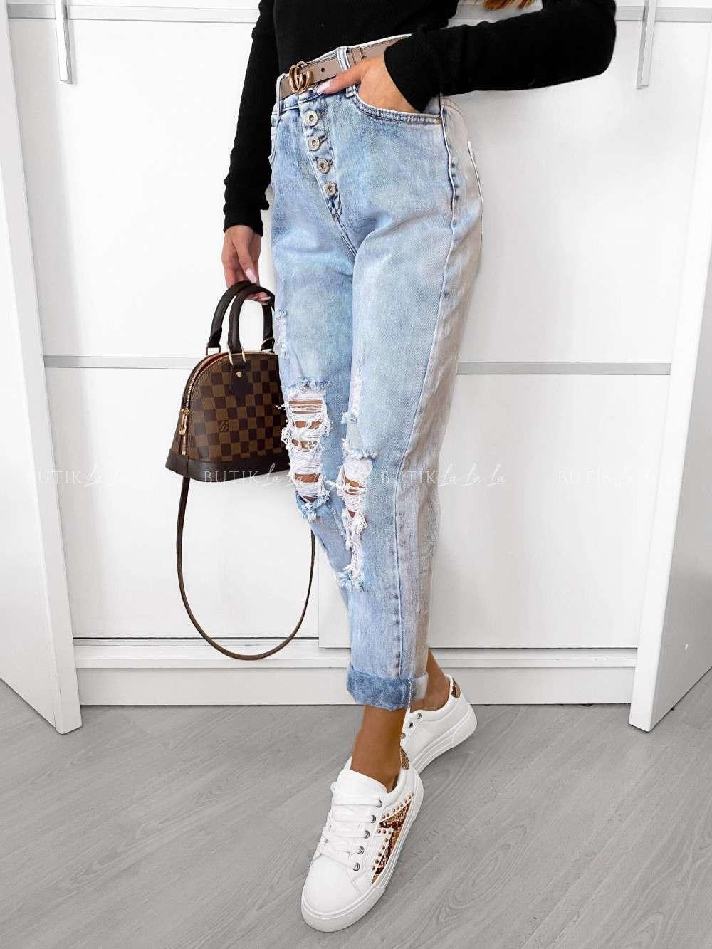 luźne jeansy zdziurami