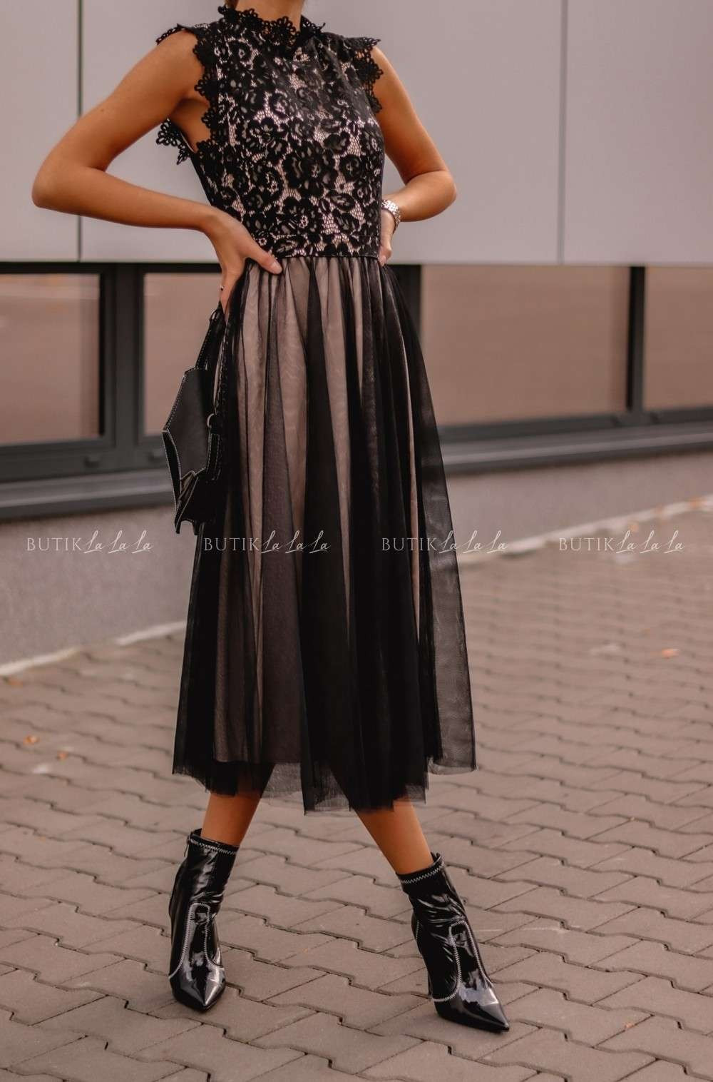 czarna sukienka ztiulem na dole