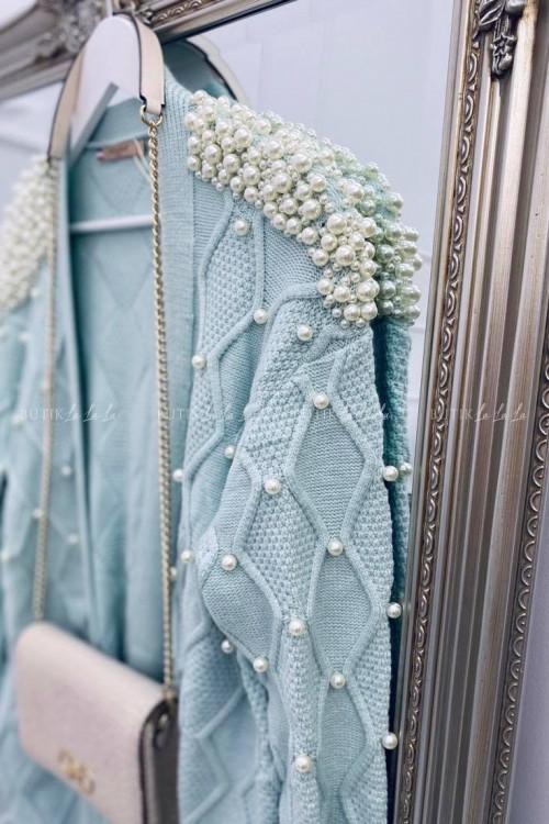 sweterek z perłami lazurowy Azaka
