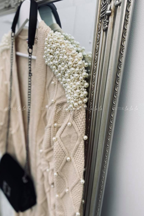 sweterek z perłami beżowy Azaka